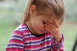 その頭痛、群発頭痛の特徴に当てはまっていませんか?~こめかみや目の奥、後頭部が痛い。痛むのは右、左片側のみ。吐き気がする。~