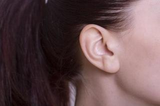 最近耳が聞こえにくい?9つの可能性を解説