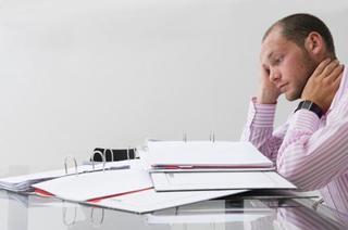 寝不足やストレスが頭痛を慢性化させる?!頭痛の種類や、症状と原因、吐き気の副症状について