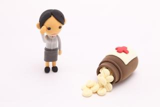 生理前の頭痛の原因は女性ホルモンにあり?!薬の選び方と対処法も解説