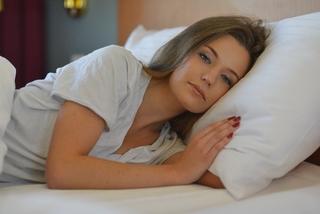 生理中、眠いのはなぜ?異常な眠気の原因6点と対策5選