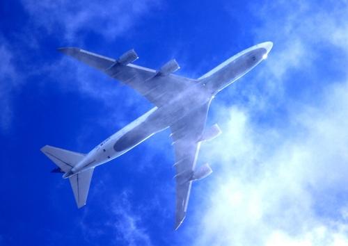 日焼け止めスプレーは飛行機に持ち込める?国際線・国内線の持ち込み制限や対処法