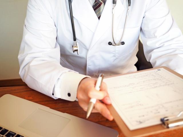 背中の痛みは病院の何科?痛みの状況で診療科を選ぶ