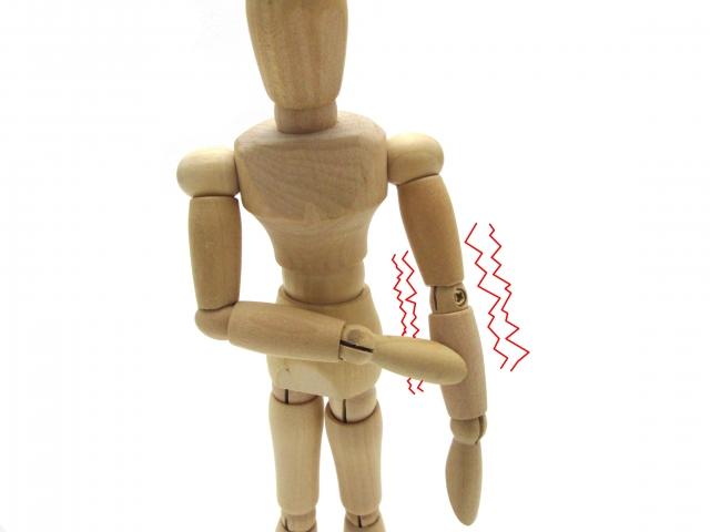 背中の痛みと体のしびれの原因は?手足のしびれはなぜ起こる?