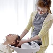カラーリングは薄毛の原因になる?髪や頭皮に与える影響とケア方法