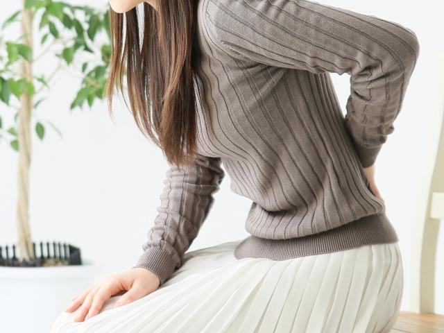 ぎっくり腰の症状とは?ぎっくり腰の原因と急に困った時の対処法・予防策について